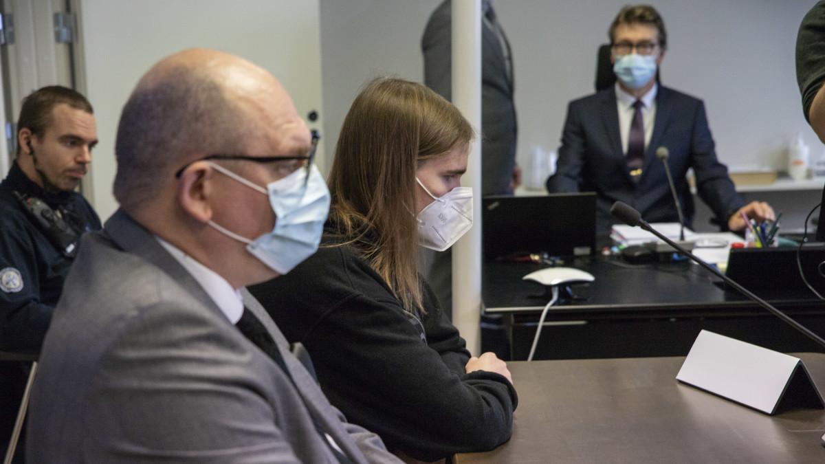 Kuopion koulusurmasta epäilty saapuu oikeuden istuntoon.