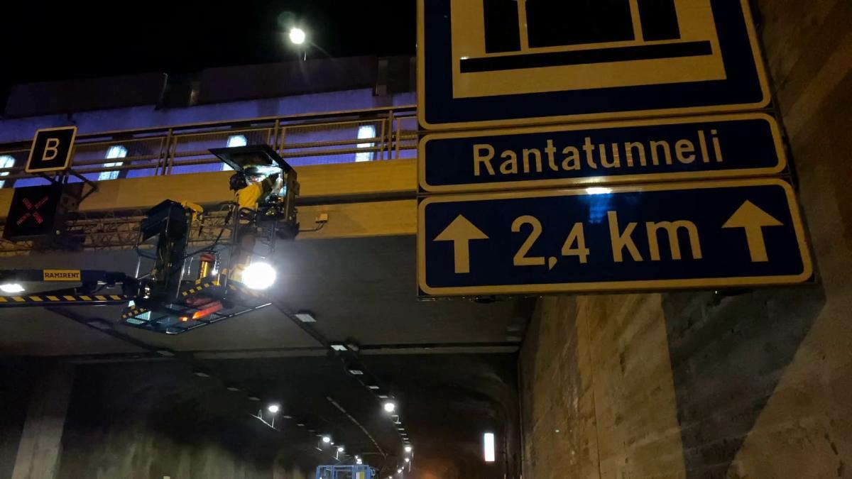 Tampereen Rantatunnelin huoltotöitä yöaikaan, kun tunneli on suljettu liikenteeltä