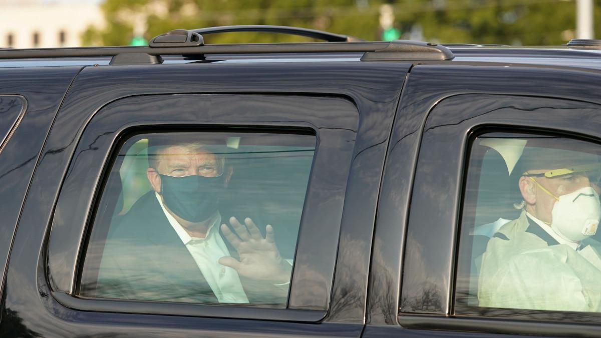 Donald Trump vilkuttaa auton ikkunasta.