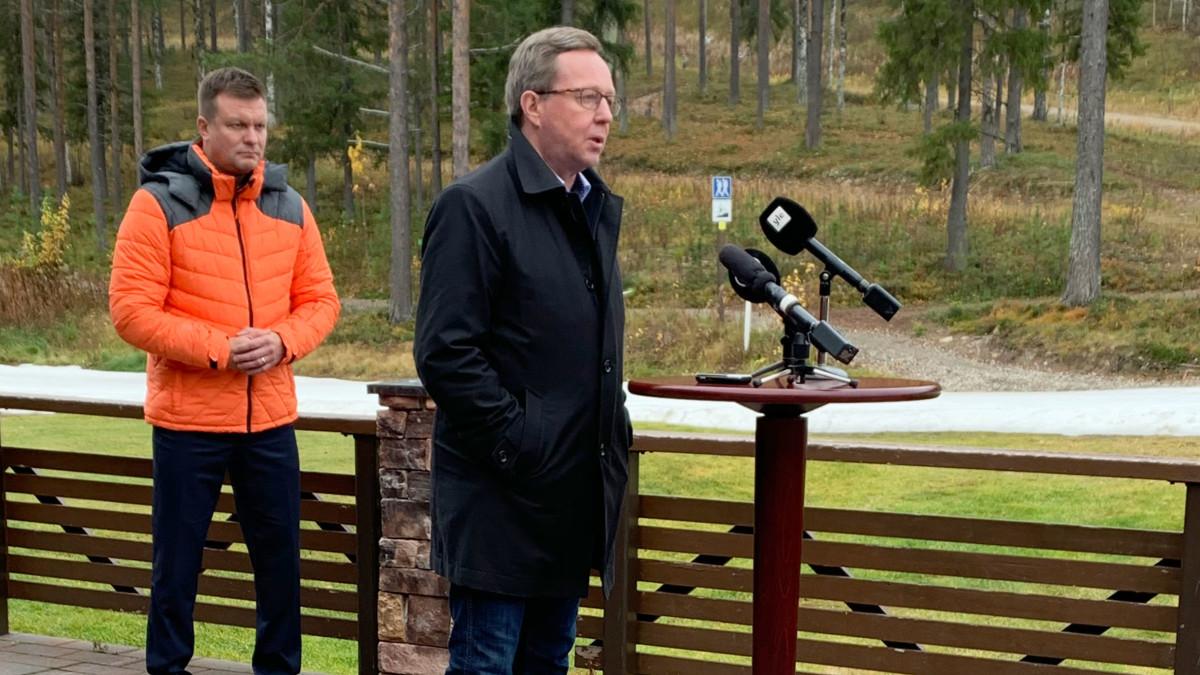 Elinkeinoministeri Mika Lintilä puhuu tiedotustilaisuudessa Kittilän Levillä, taustalla myös ulkomaankauppaministeri Ville Skinnari.