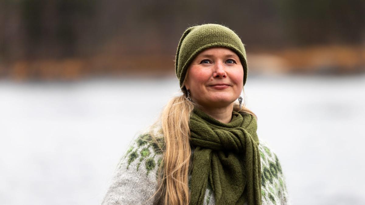 Luontoyrittäjä Tytti Bräysy kerää retkillään roskia luonnosta