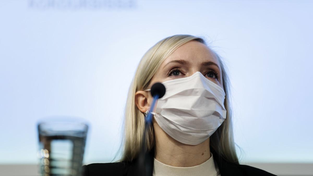 Kuvassa sisäministeri Maria Ohisalo puhuu tiedotustilaisuudessa lokakuussa 2020.