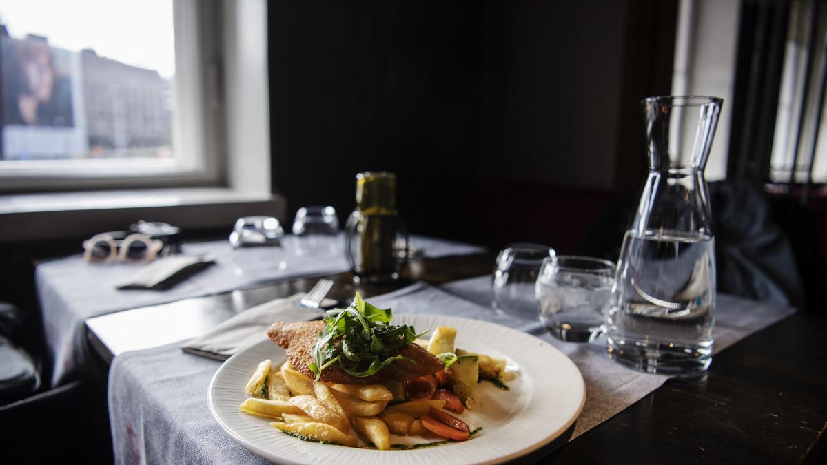 Kuvassa on fish and chips -lounasannos ravintola Vltavassa lokakuussa 2020.