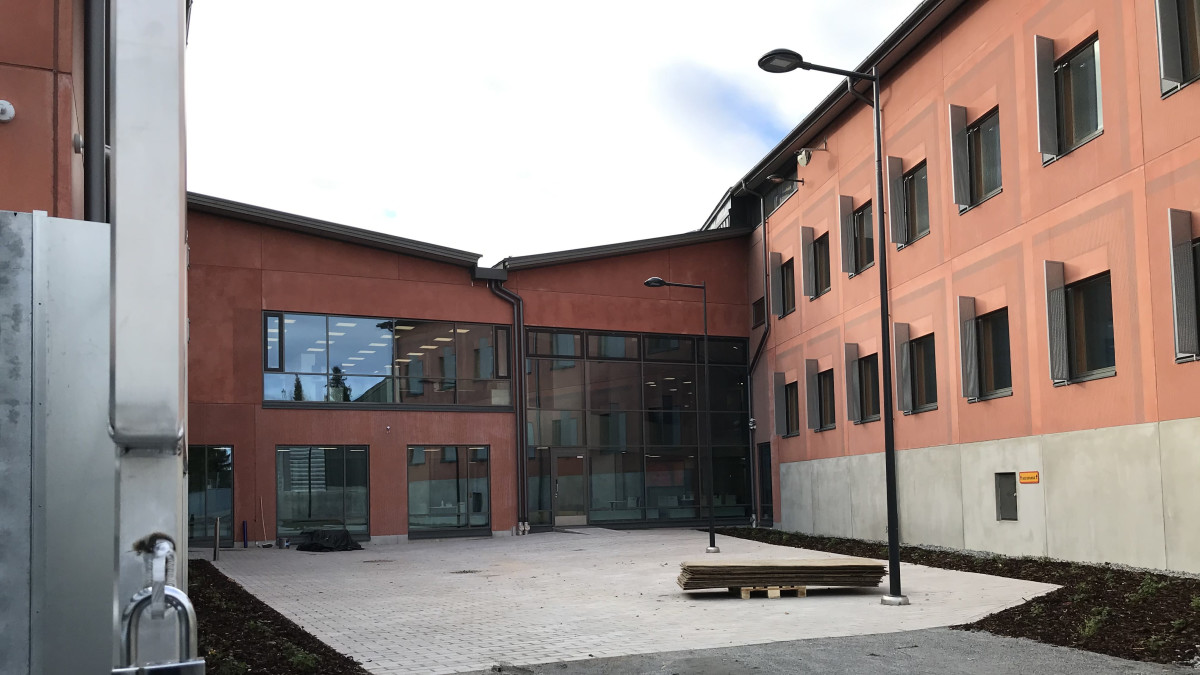Hämeenlinnan uusi vankila ulkoa kuvattuna.