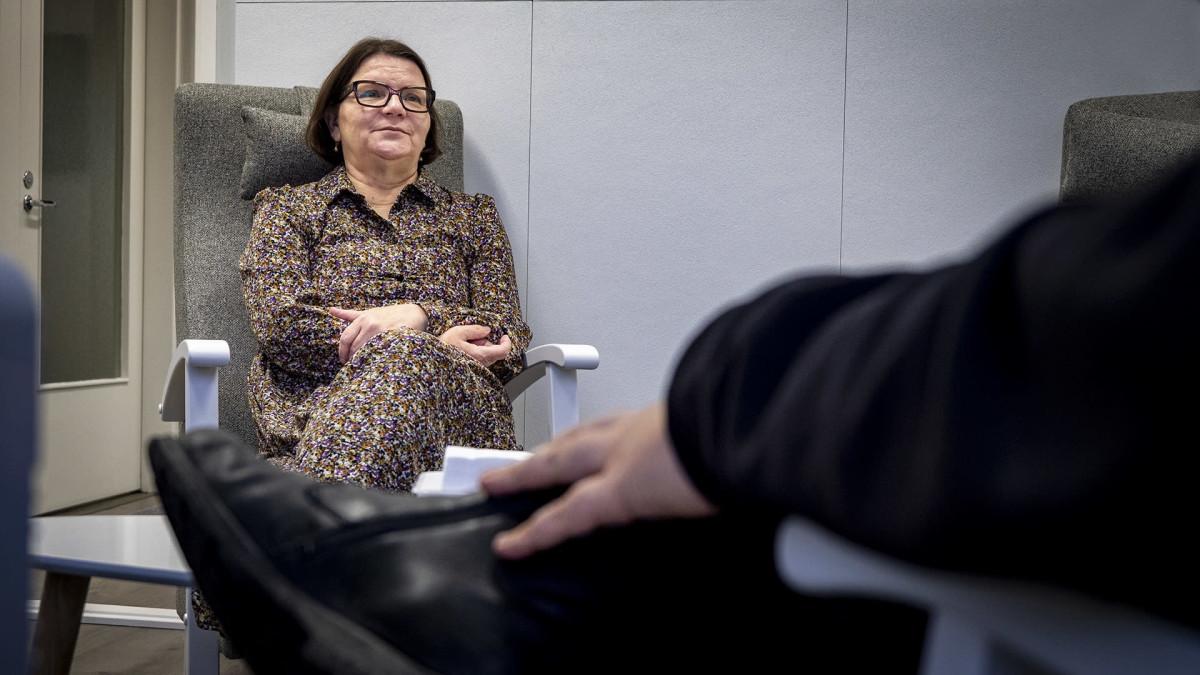 Paula Mällinen seksuaalikasvattaja Pohjois-Suomen seksuaalineuvontakeskuksesta keskustelee miehen kanssa