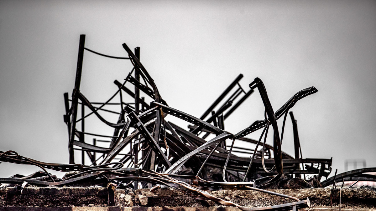Näkymä Turun suurpalopaikalla on karu - ilmakuvissa savuavat mustat rauniot