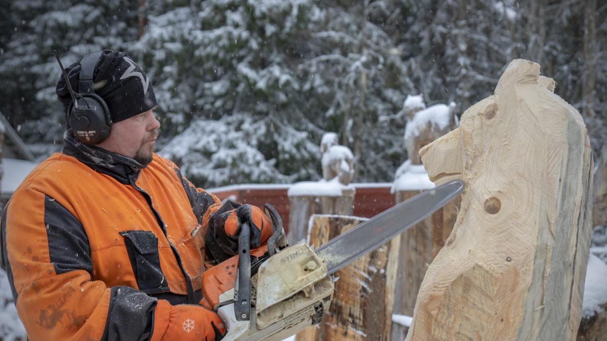 Raimo Hautaluoma veistää karhua moottorisahalla