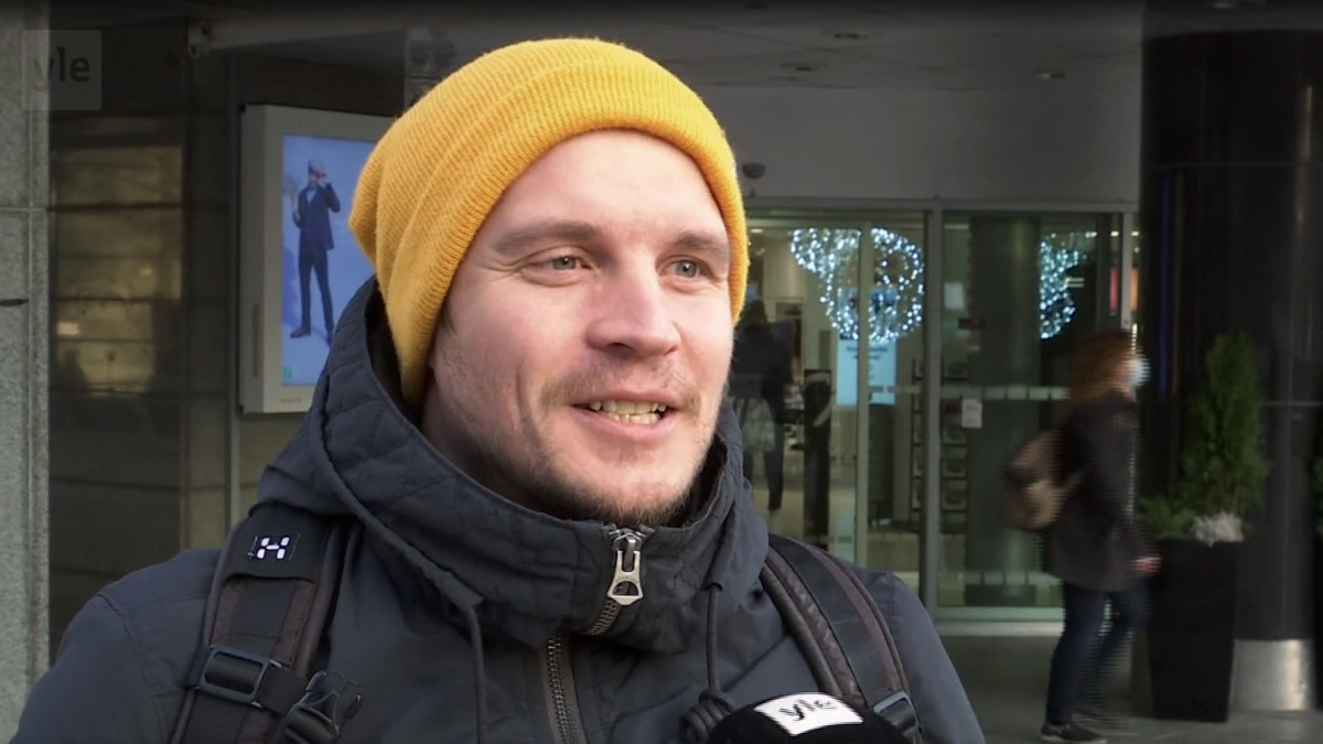 Keltapipoinen ja mustatakkinen Mikko Watia kertoo isänpäiväsuunnitelmistaan.