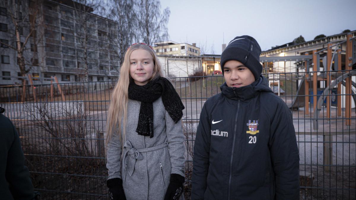 Ensimmäisen lasten oikeuksien liputuspäivän tapahtuman juontjat  SAIMI HARJU ja SAMUEL KÄHÄRI Jyväskylästä.