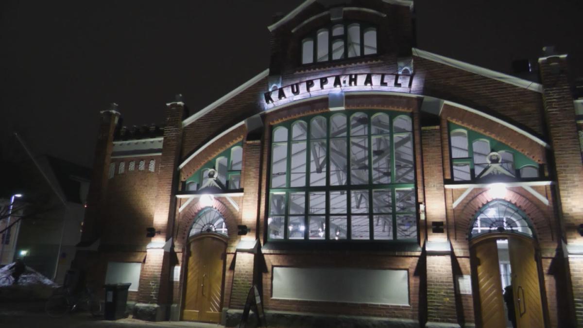 Oulun kauppahallissa valmistaudutaan jouluun – käyvätkö asiakkaat aiempien joulujen lailla? Katso suorana