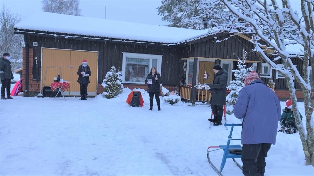 Naapurusto tilasi kanttorin laulattamaan kauneimpia joululauluja Puolangalla