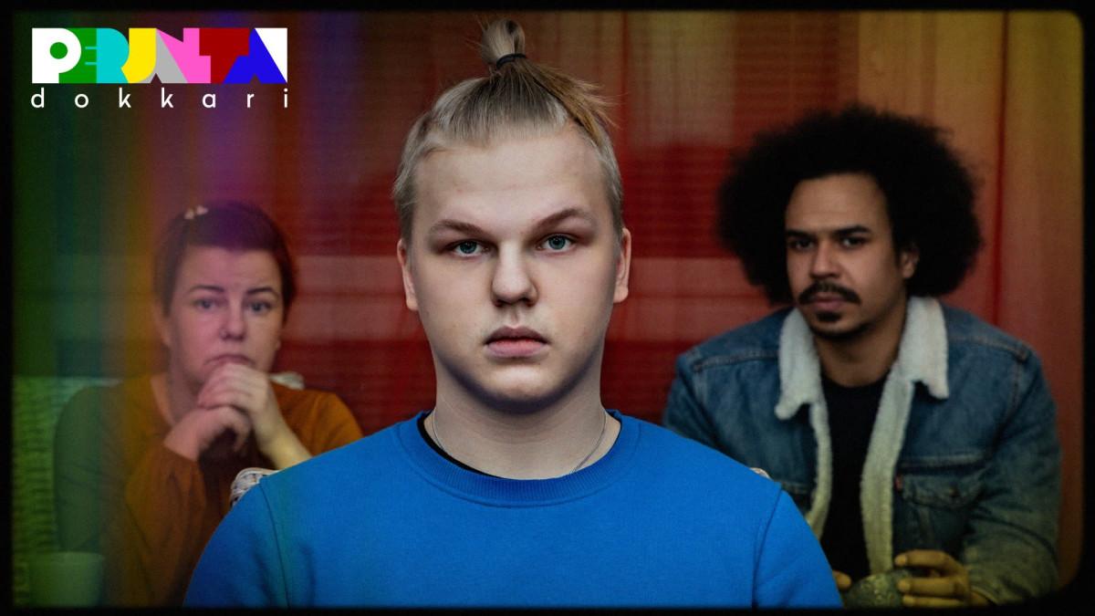Etualalla Jasper-Mäki Jokela katsoo suoraan kameraan. Taustalla Jasperin äiti Tiina ja Yle Perjantain juontaja Sean Ricks.