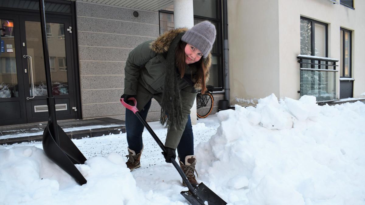 Lapiosoturi Katja Kunnari siivoaa vapaaehtoisesti lumiesteitä - ja haastaa muutkin mukaan lumitiimiin