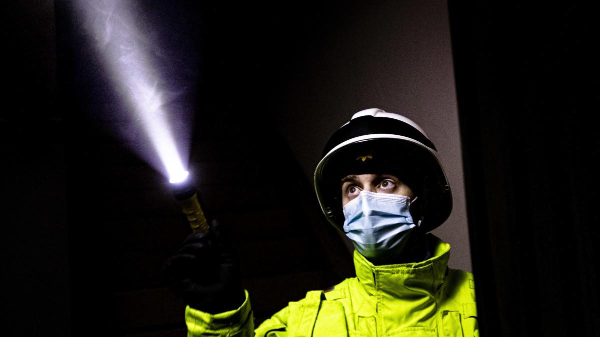 Pelastajat sukeltavat savuun Varissuolla