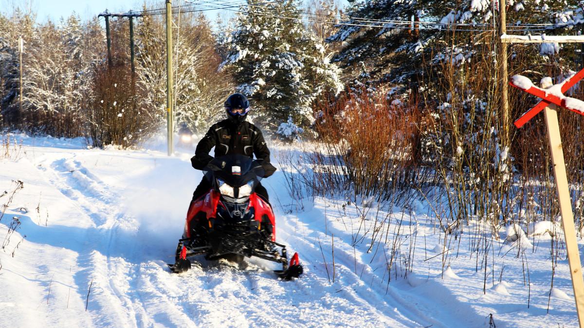 """Nyt lumi pölisee jälleen moottorikelkan telan alla Kymenlaaksossa – """"Tämähän on juhlaa pelkästään"""""""