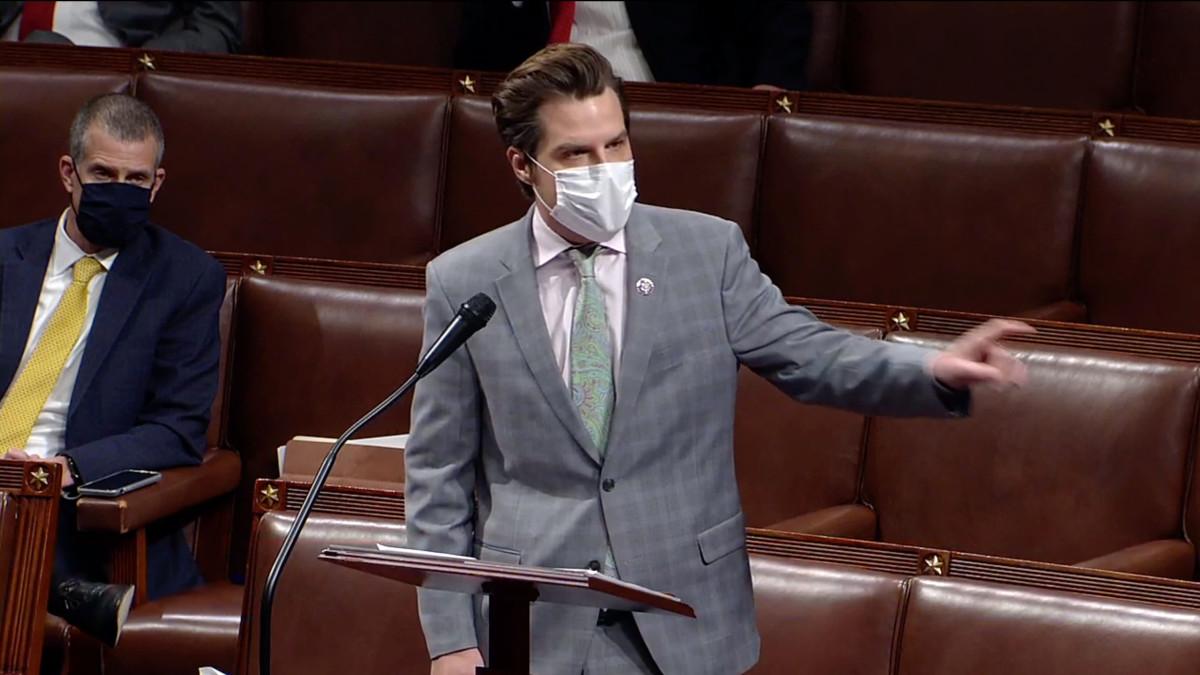 Republikaaniedustaja puhuu edustajainhuoneessa, maski kasvoillaan.