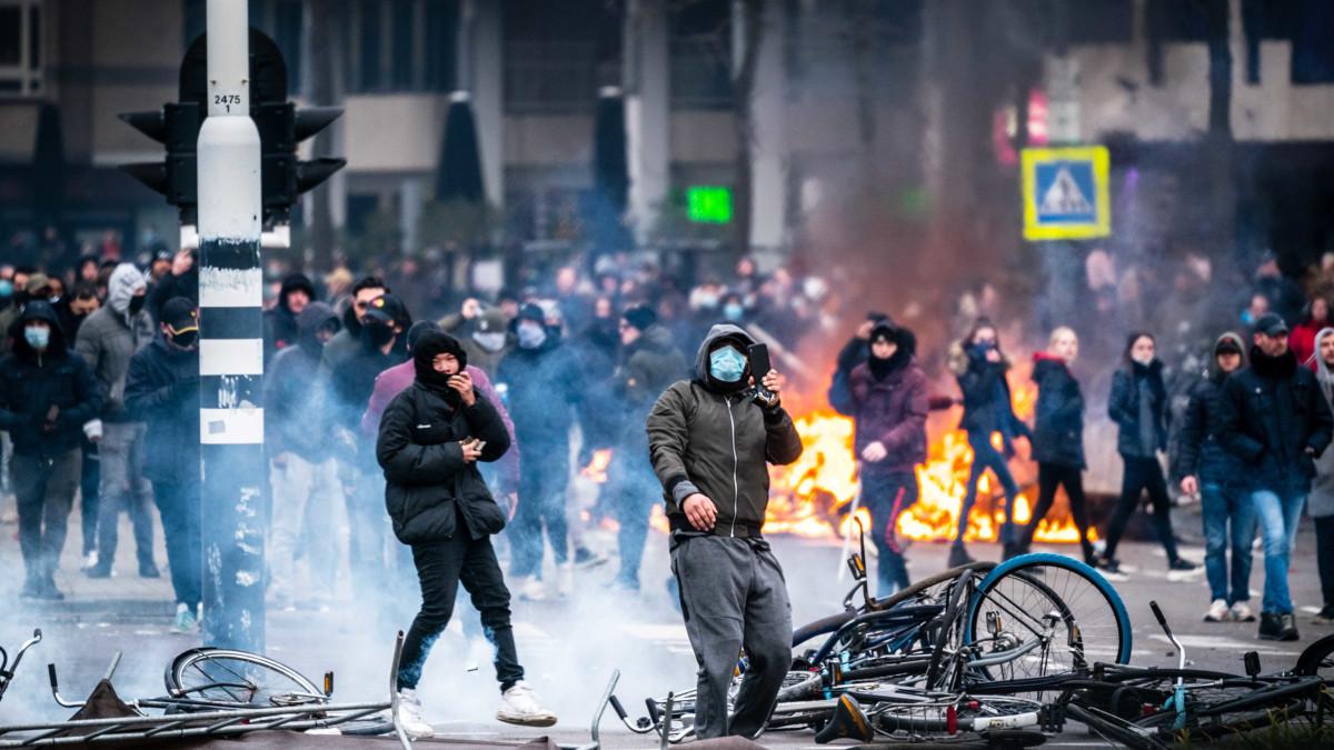 Hollannissa mellakoitiin koronarajoituksia vastaan - Poliisi joutui käyttämään voimakeinoja