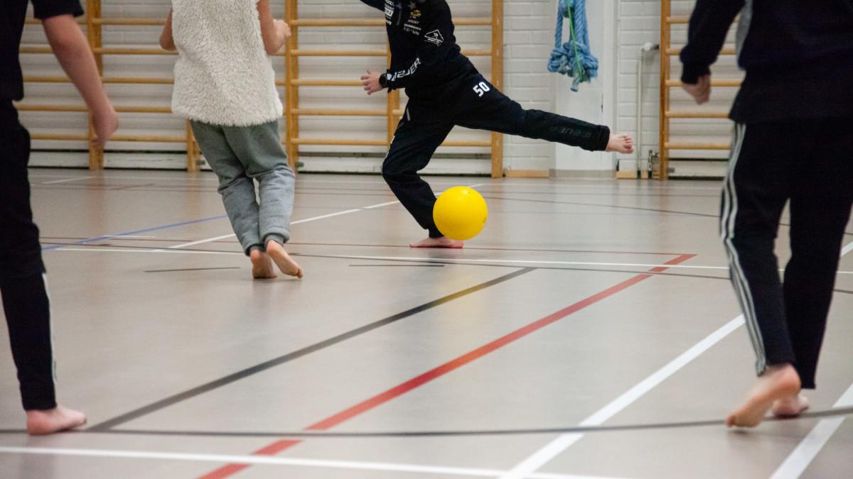 Lapset pelasivat innolla palloa koulupäivän päätteeksi Lappeenrannassa