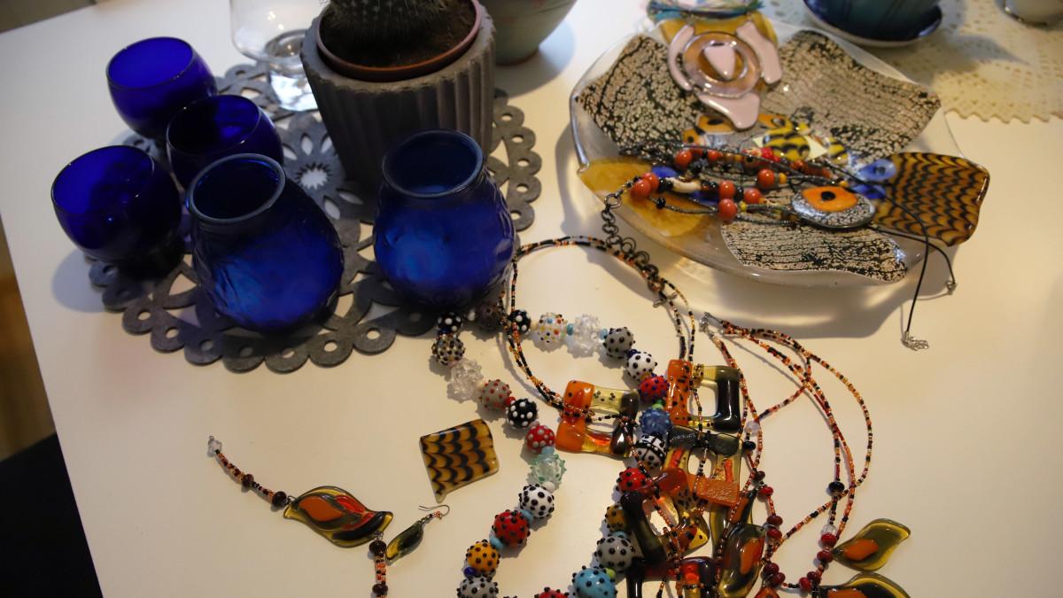 Lasiartesaani Minna Enqvistin tekemiä lasikoruja sekä esineitä.