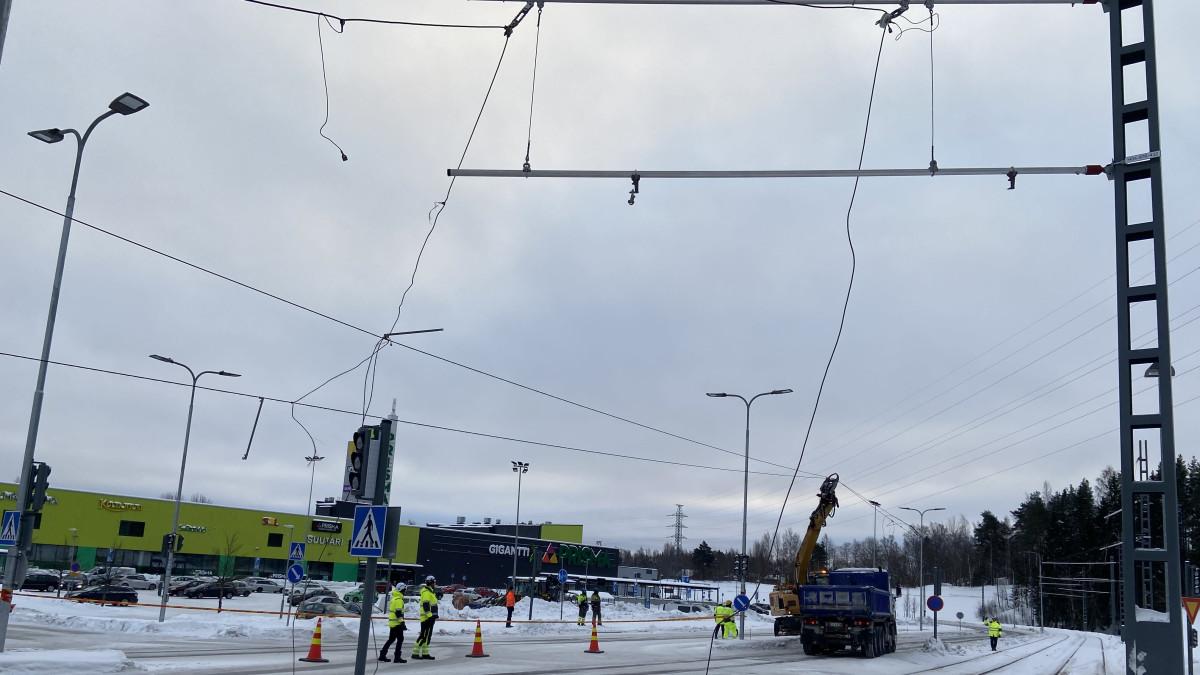 Ratikan ajolangat laittoivat liikenteen sekaisin Tampereella