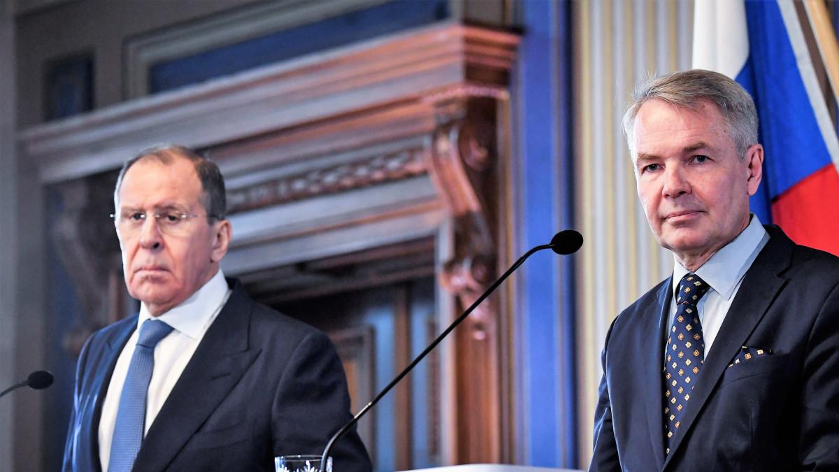 Lavrov ja Haavisto seisovat puhujanpöntön takana tummissa puvuissa, kasvot peruslukemilla. Takana näkyy Venäjän lippu.