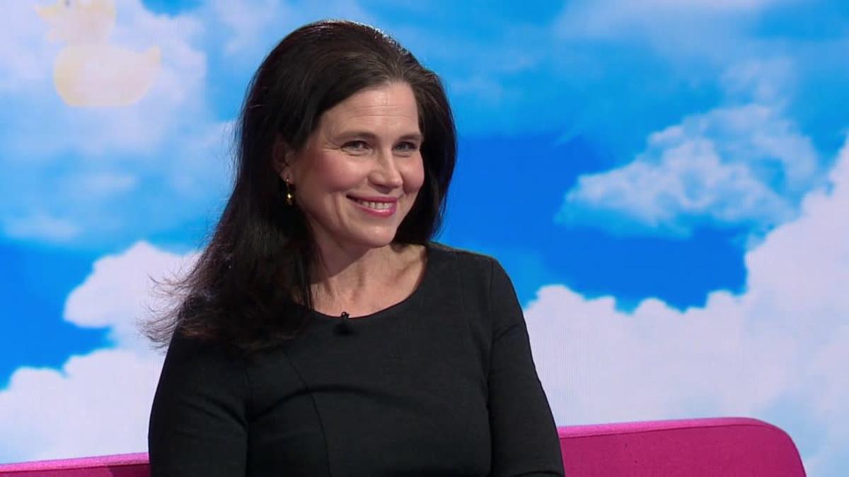Tutkimusprofessori Anna Rotkirch hehkuttaa äitiyspakkausta