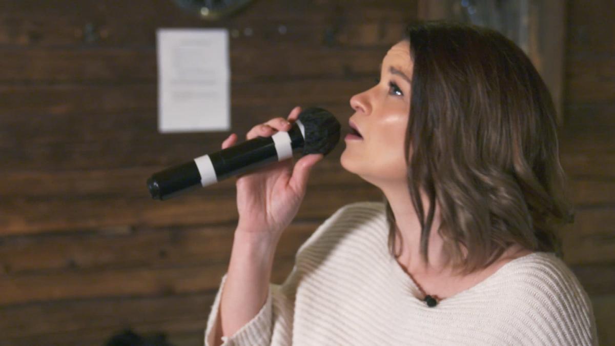 Oopperalaulaja Marjukka Tepponen laulaa karaokea.