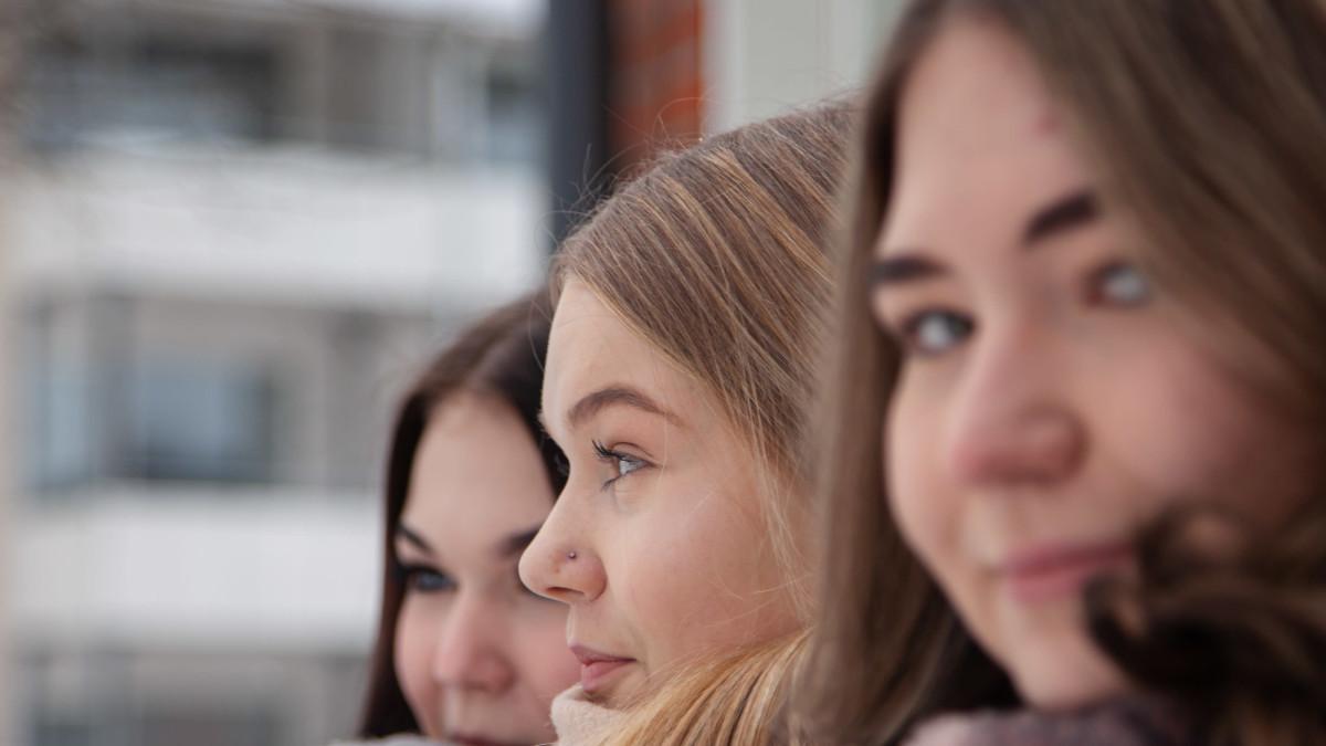 Lauritsalan koulun 9.-luokkalaiset (vasemmalta) Aada Hyvärinen, Nea Pentikäinen ja Miisa Tiilikainen.