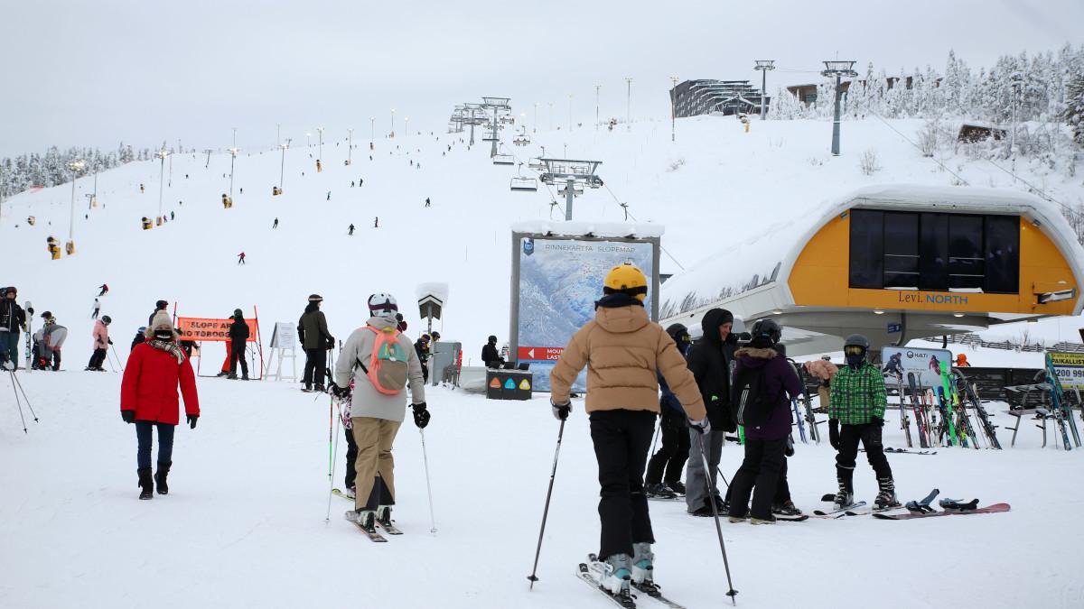 Tältä näyttää Levillä nyt: etelän hiihtolomalaiset saapuivat Lappiin