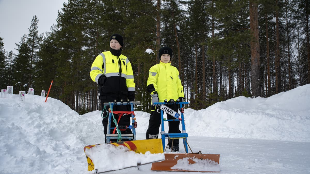 Sotkamossa pojat Konsta Leinonen ja Jimi Hyvönen auraavat väyliä potkukelkoilla.