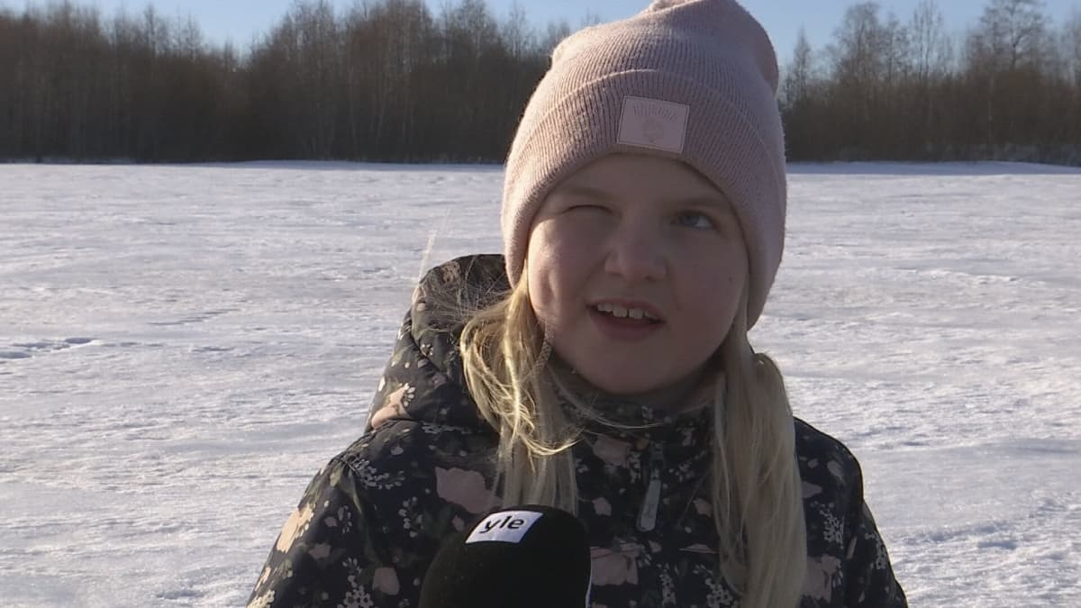 Tyttö pilkillä Kuortaneenjärvellä.