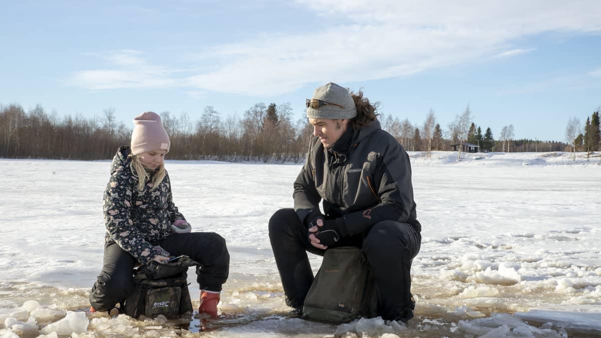 Anni Ojaharju ja isänsä Juha Ojaharju pilkillä Kuortanejärvellä
