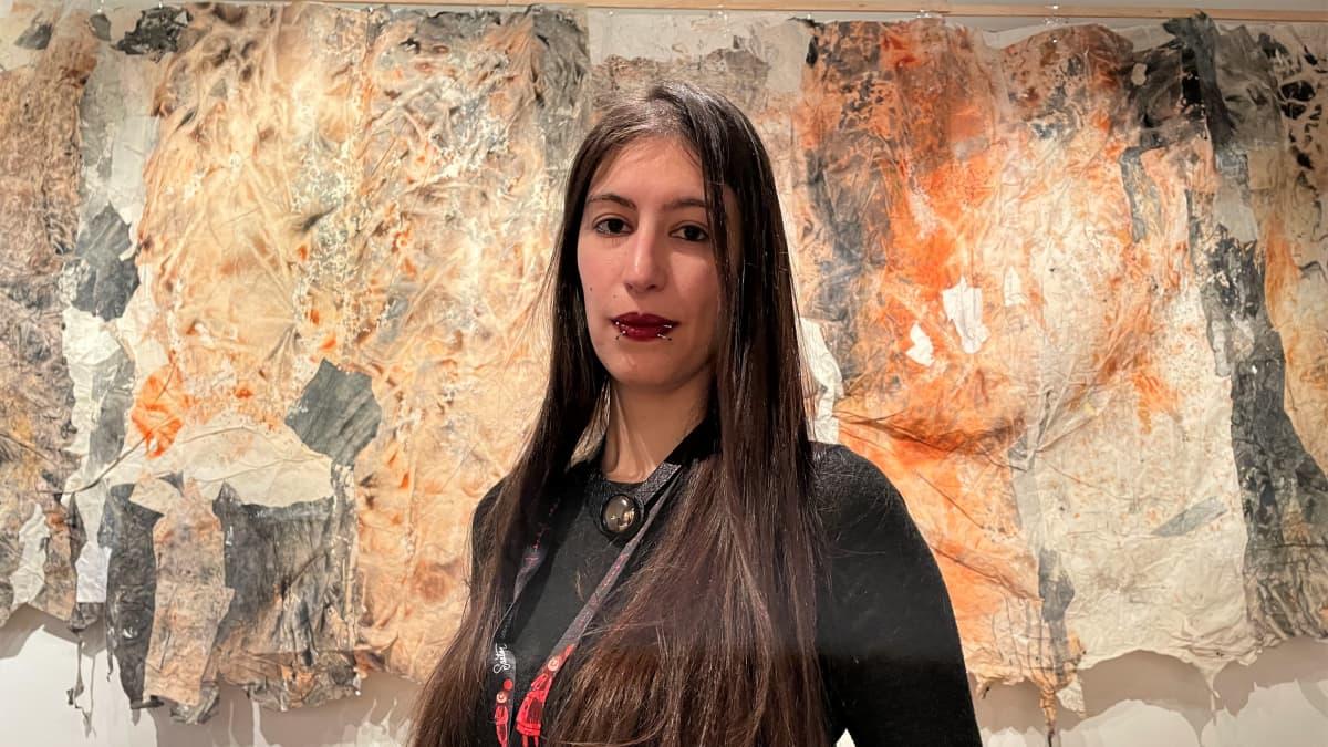 Italialainen Giulia Santelli järjestelee kirjoja työpaikallaan Juminkeon kulttuurikeskuksessa Kuhmossa.