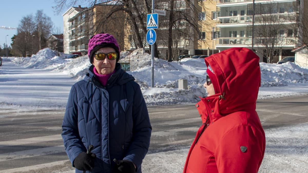 Linnea Saaranen ja Riitta Saaranen kadun kulmassa Oulussa.