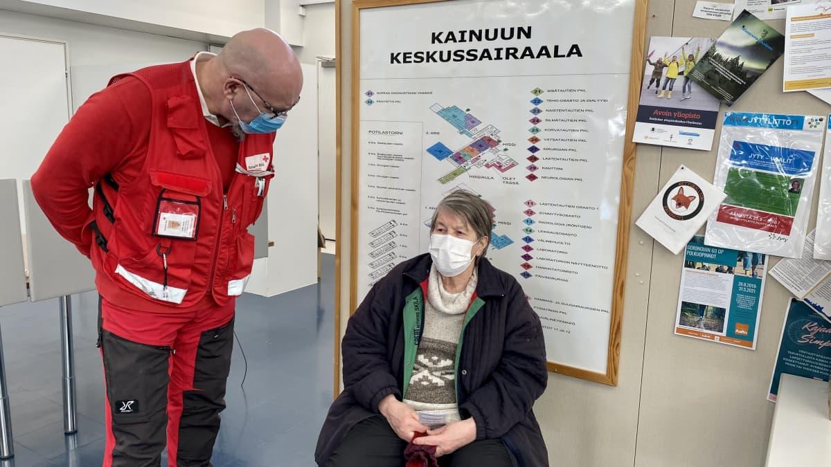 Juha Tervo SPR:n Kajaanin osastosta varmistaa Arja Mikkonen vointia koronarokotuksen jälkeen.