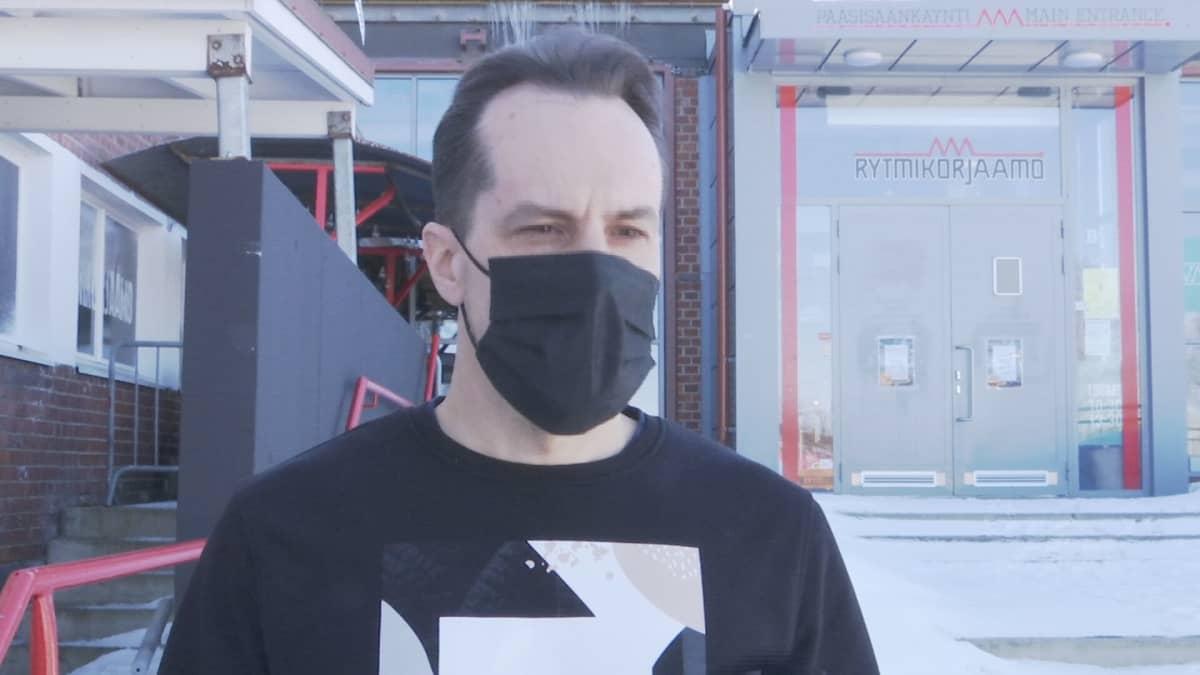 Provinssin festivaalijohtaja Sami Rumpunen kuvassa maski kasvoillaan.