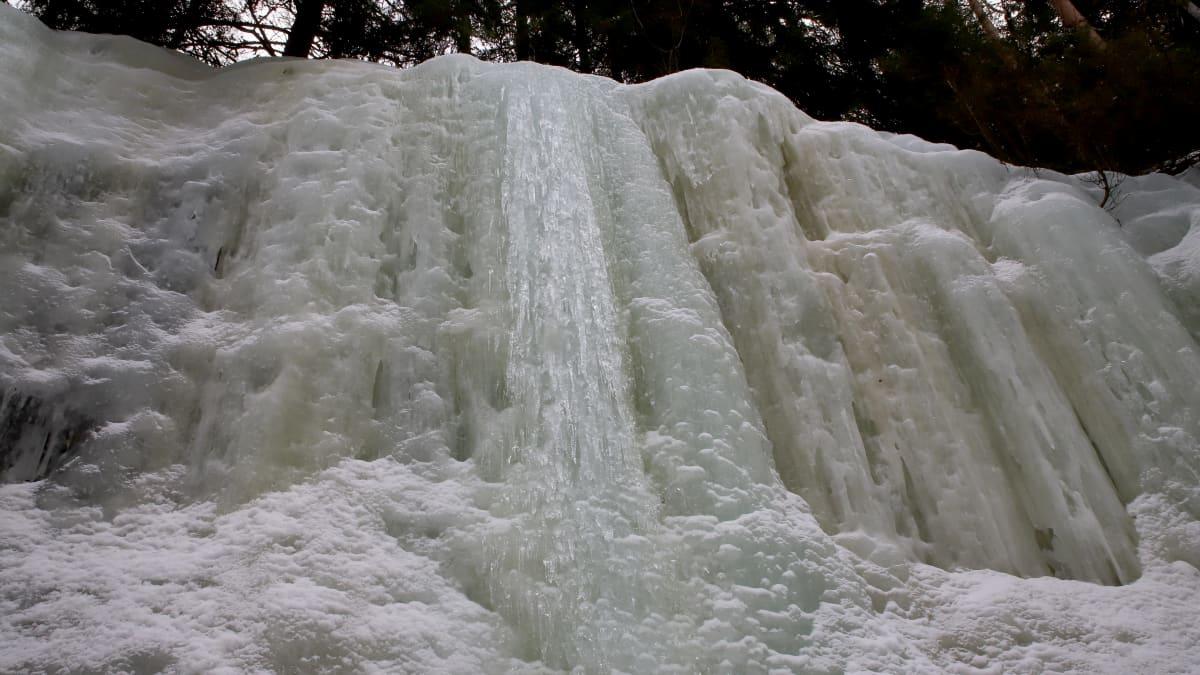 Iitin Jääkirkkovuorelta löytyy näyttävä paannejääseinämä