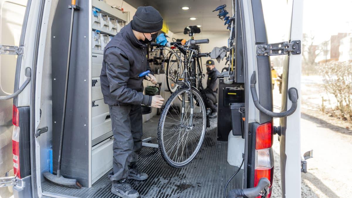 Pakettiautoon rakennettu polkupyöräkorjaamo.