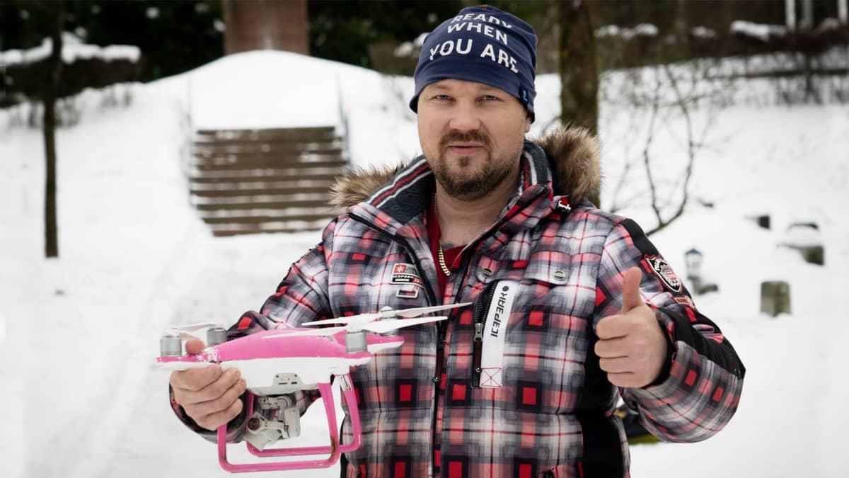 Angry Birds -mies pelastaa puihin jääneitä drooneja kaksimetrisellä ritsalla