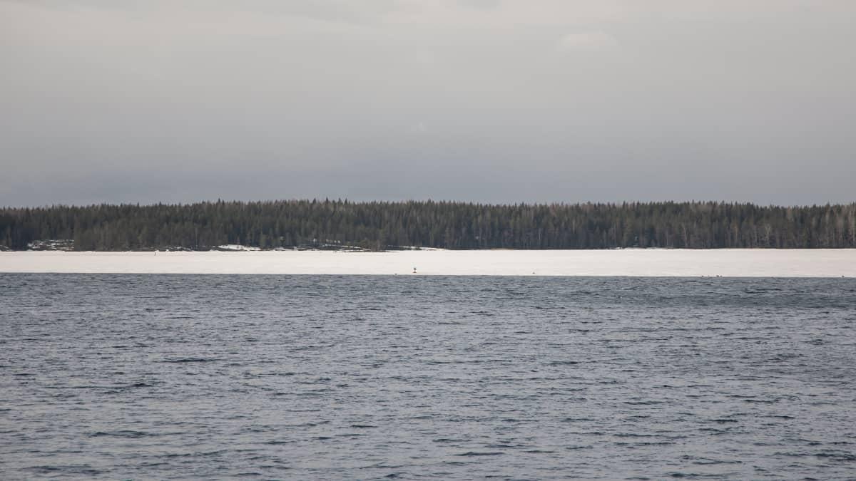 Jäät ovat sulaneet Saimaasta Kivisalmen edustalla Lappeenrannassa. Kauempana selällä näkyy vielä jäätä.