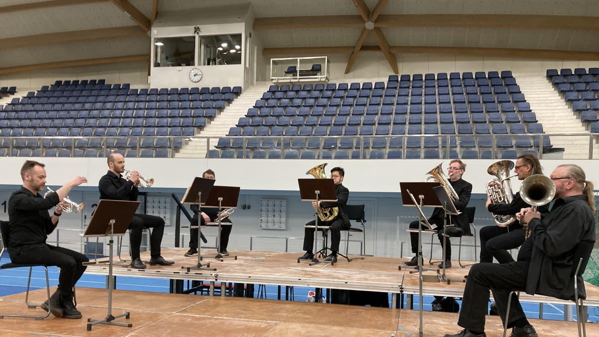 Oulu sinfonian vaskiseitsikko soittaa koronarokotuksessa lavalla Oulussa.