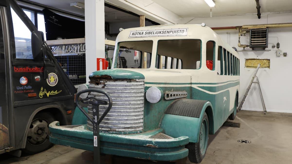 Onni Vilkkaan väreihin maalattu leikkibussi poistettiin vähin äänin Sibeliuksenpuistosta Kotkassa