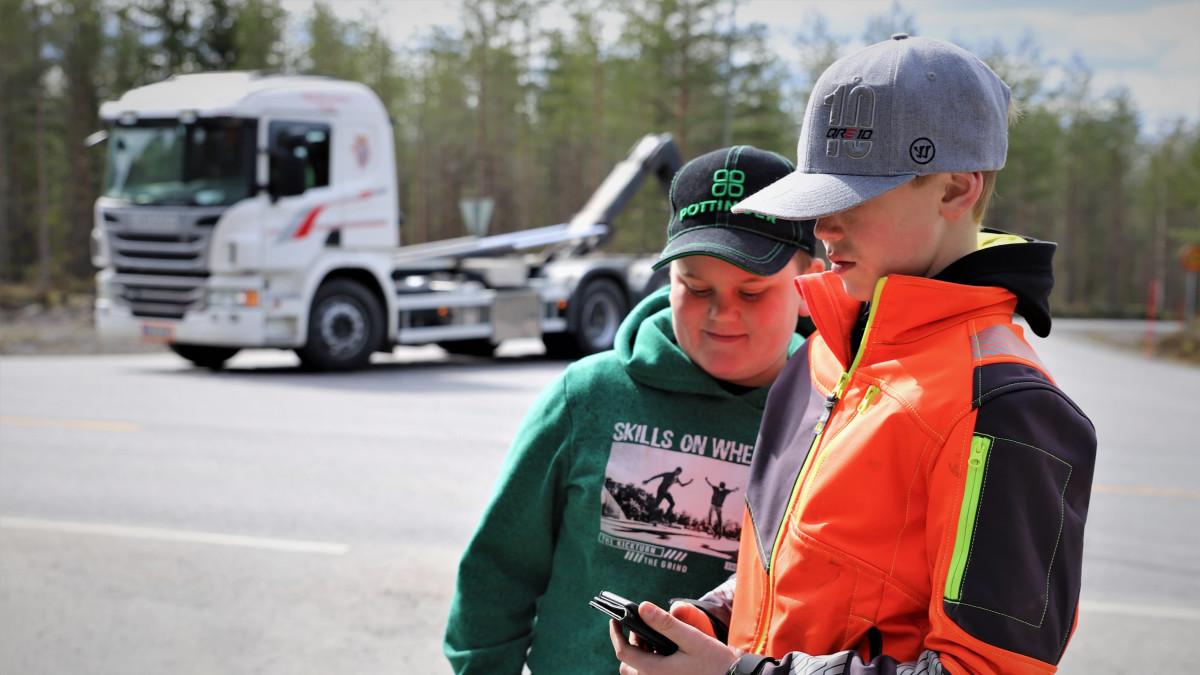 Teerijärveläiset serkukset Viktor Vesala ja Daniel Granbacka lataamassa videota sosiaaliseen mediaan