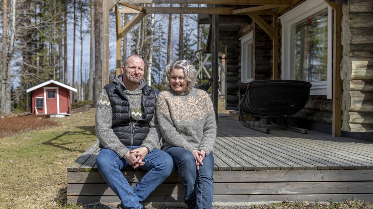 Teppo ja Suvi Heinola istuvat vierekkäin talonsa terassin reunalla