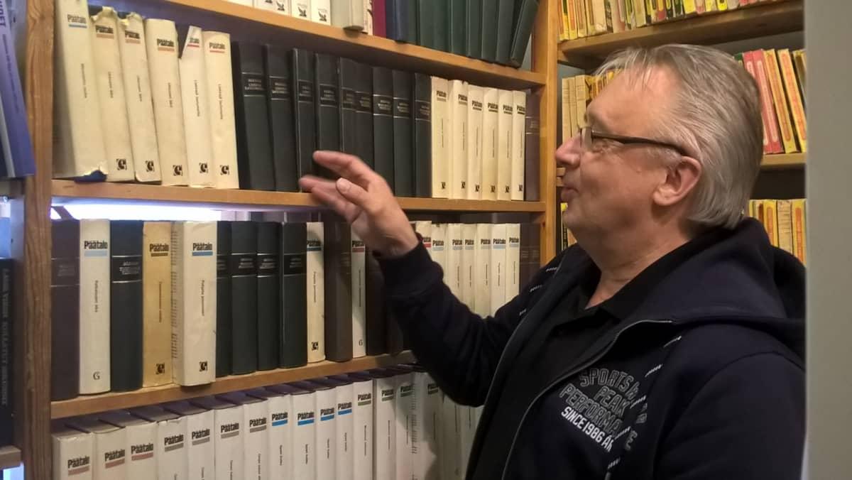 Antikvariaattiyrittäjä Heikki Ranta ja Päätalon teoksia monta metriä.