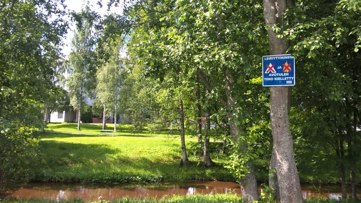 Leiriytyminen ja avotulen teko kielletty tienvarren puistoalueella.