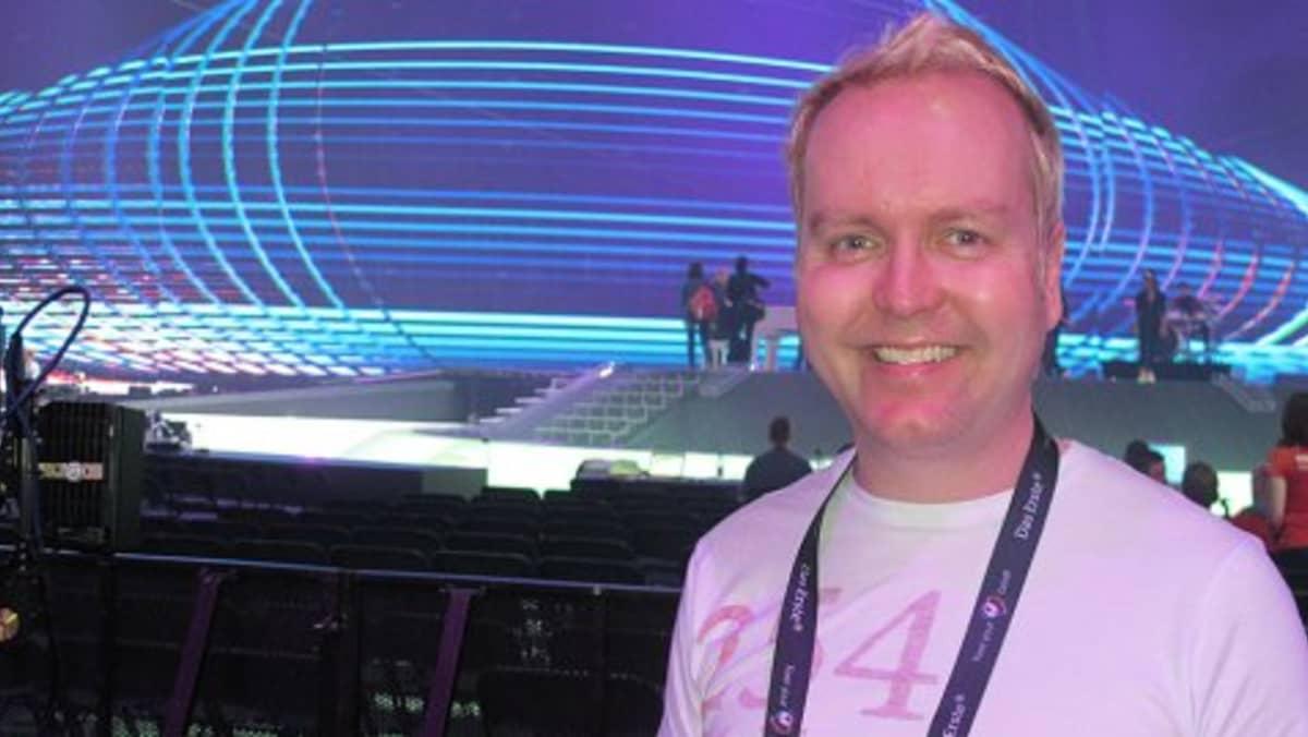 mies euroviisulavan edessä
