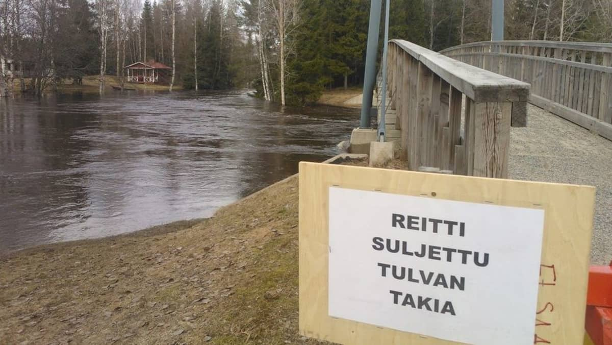 Kevättulvan vuoksi suljettu silta Kiuruveden Remesjoen yllä.