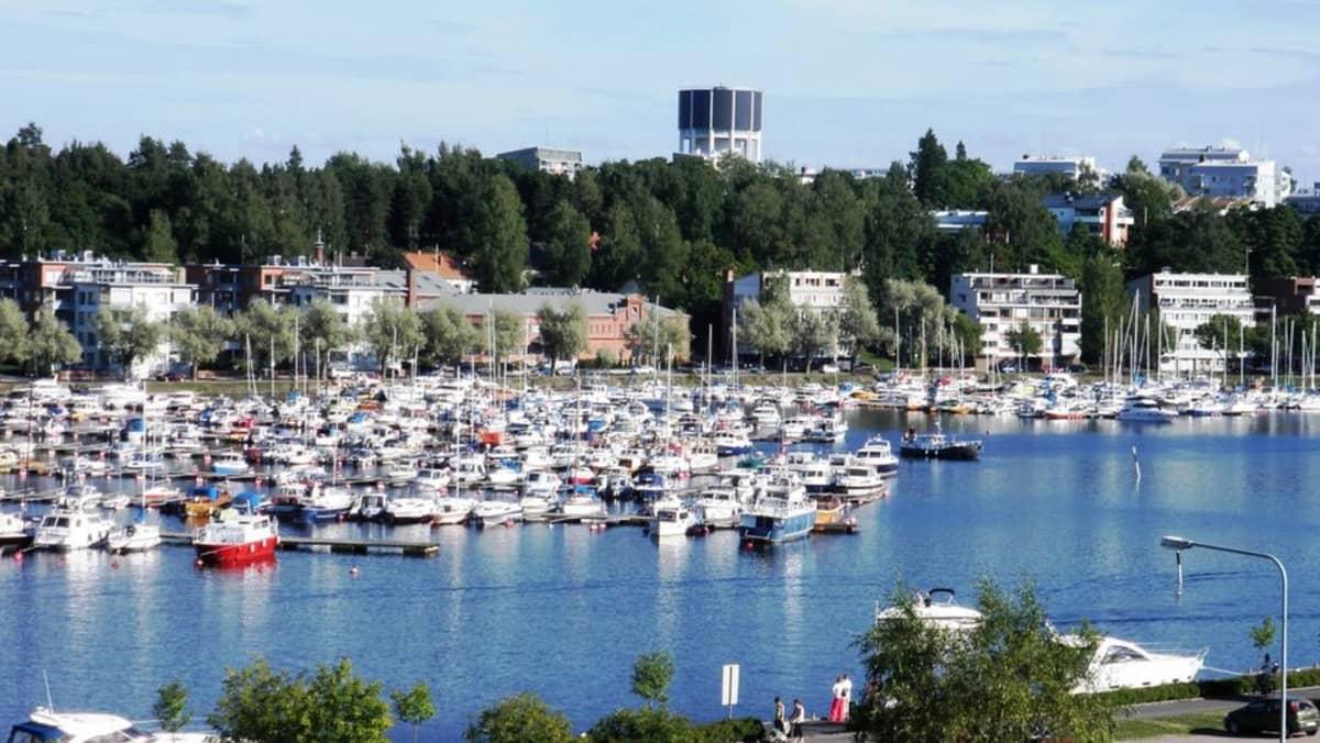 Etelä-Karjalan keskus, Lappeenranta, on viehättävä kesäkaupunki, josta veneillen pääsee minne vain. Linnoituksen valleilta aukeaa hieno yleisnäkymä Kaupunginlahdelle ja satama-alueelle. Satamanseutu onkin Lappeenrannan suosituinta aluetta kesäisin. Kaikesta näkee, että sinne on satsattu.