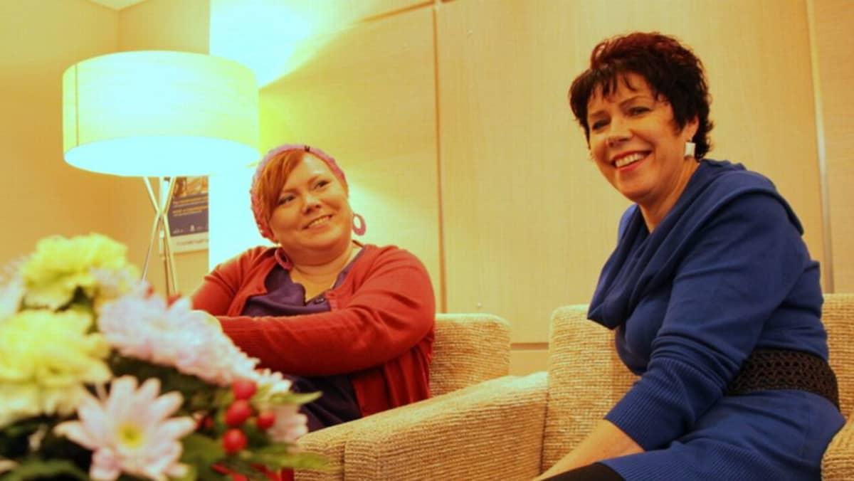 Laulaja Katja Pirinen ja kuoronjohtaja Helena Hulmi.